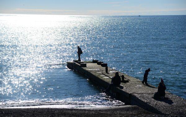 Отдыхающие на берегу Черного моря в Сочи