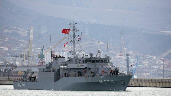 Минный тральщик Акчай ВМС Турции прибывает в порт Новороссийска