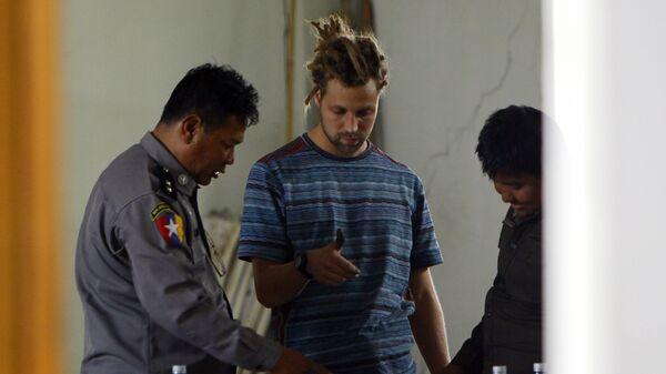 Французский турист Артур Дескло в офисе иммиграционной службы Мьянмы