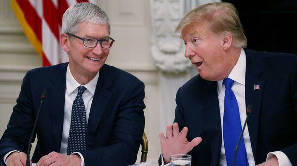Глава корпорации Apple Тим Кук и президент США Дональд Трамп в Белом доме