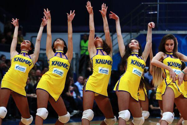 Девушки из группы поддержки БК Химки в перерыве матча регулярного чемпионата Единой Лиги ВТБ между БК Химки (Химки) и ПБК ЦСКА (Москва)