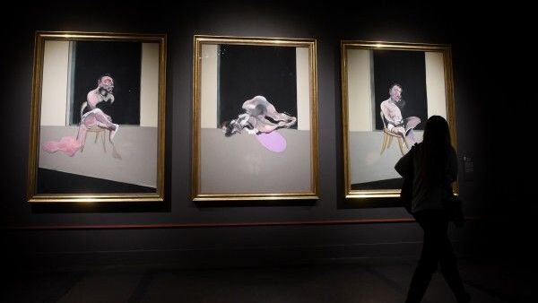 Посетительница у триптиха Фрэнсиса Бэкона на пресс-показе выставки Фрэнсис Бэкон, Люсьен Фрейд и Лондонская школа в Государственном музее изобразительных искусств имени А.С. Пушкина в Москве