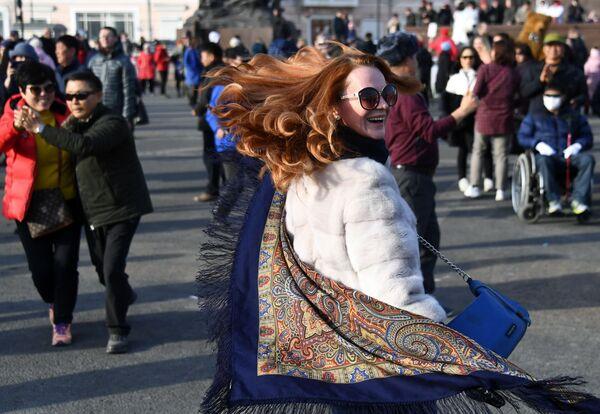 Участница празднования Широкой Масленицы на центральной площади во Владивостоке