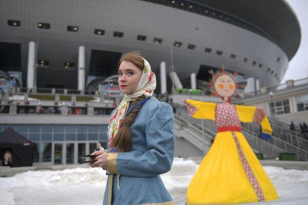 Девушка на праздновании Масленицы у стадиона Газпром Арена в Санкт-Петербурге