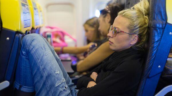 Девушка во время сна в самолете