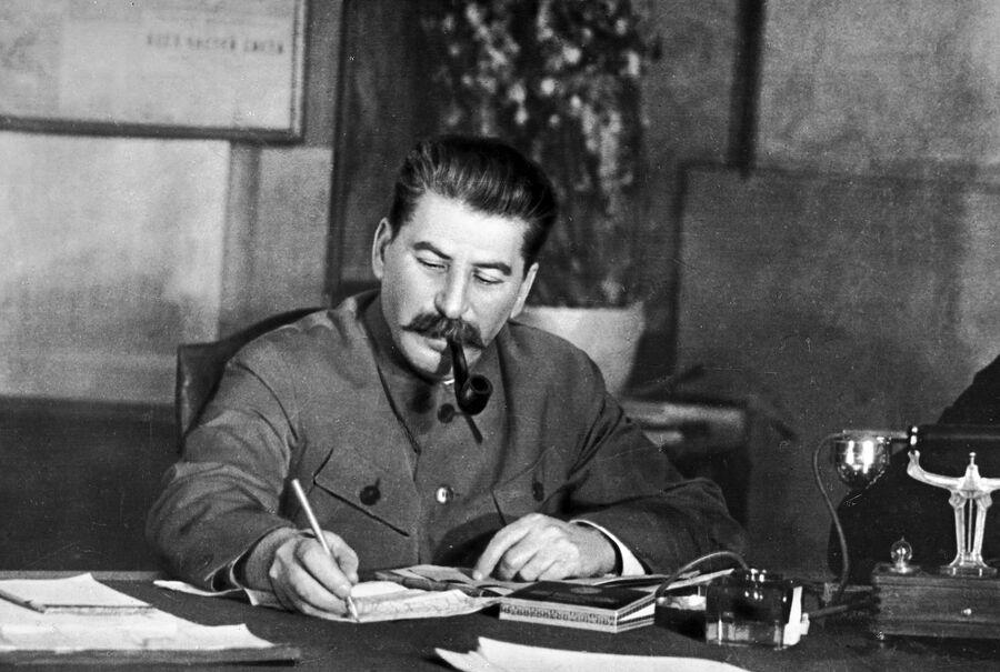 Генеральный секретарь ЦК ВКП (б) Иосиф Сталин в своем рабочем кабинете