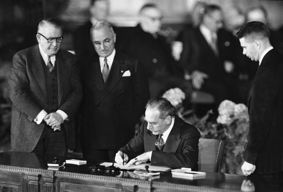 Государственный секретарь США Дин Ачесон подписывает Североатлантический договор. 4 апреля 1949