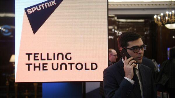 Информационный экран с логотипом международного информационного агентства и радио Sputnik на Неделе российского бизнеса в Москве