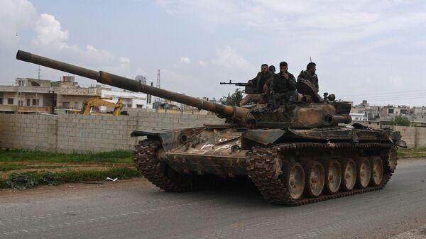 Солдаты на танке на севере от сирийского города Хама