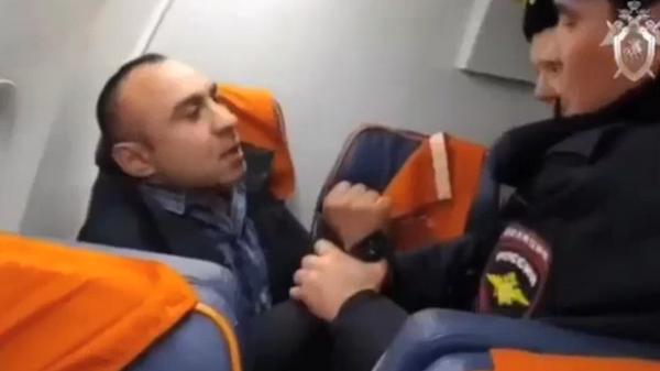 Опубликовано видео задержания дебошира на рейсе Оренбург – Москва