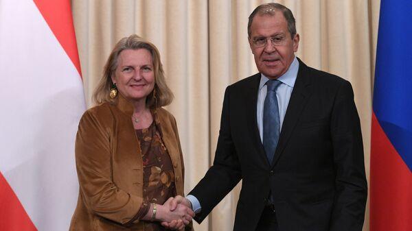 Министр иностранных дел РФ Сергей Лавров и министр иностранных дел Австрийской Республики Карин Кнайсль во время совместной пресс-конференции