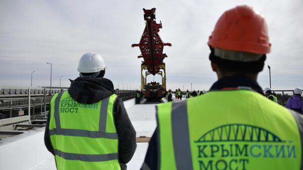 Укладка железнодорожного полотна при строительстве Крымского моста