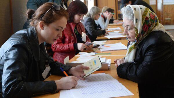 Жители Симферополя на одном из избирательных участков