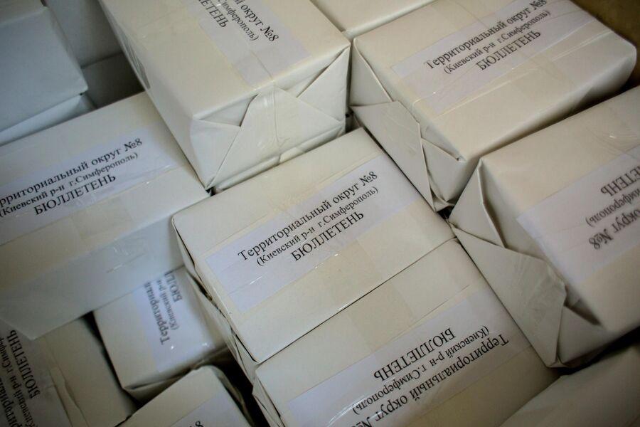 Опечатанные пакеты с бюллетенями для референдума о статусе Крыма в территориальном округе №8 Киевского района в Симферополе