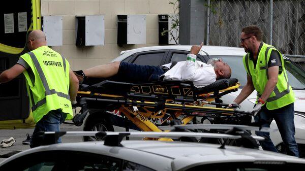Эвакуация пострадавшего от стрельбы в мечети в Новой Зеландии