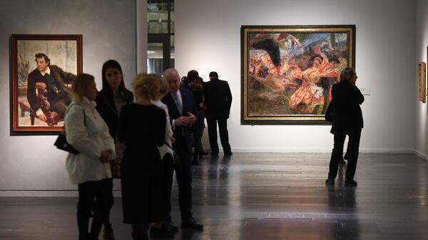 Посетители на выставке Ильи Репина в Третьяковской галерее на Крымском валу