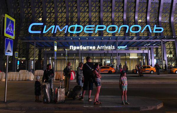 Пассажиры у здания терминала Крымская волна международного аэропорта Симферополь