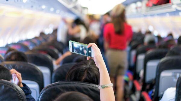 Девушка делает селфи на борту самолета