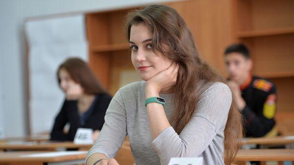 Ученица в классе перед началом единого государственного экзамена по базовой математике