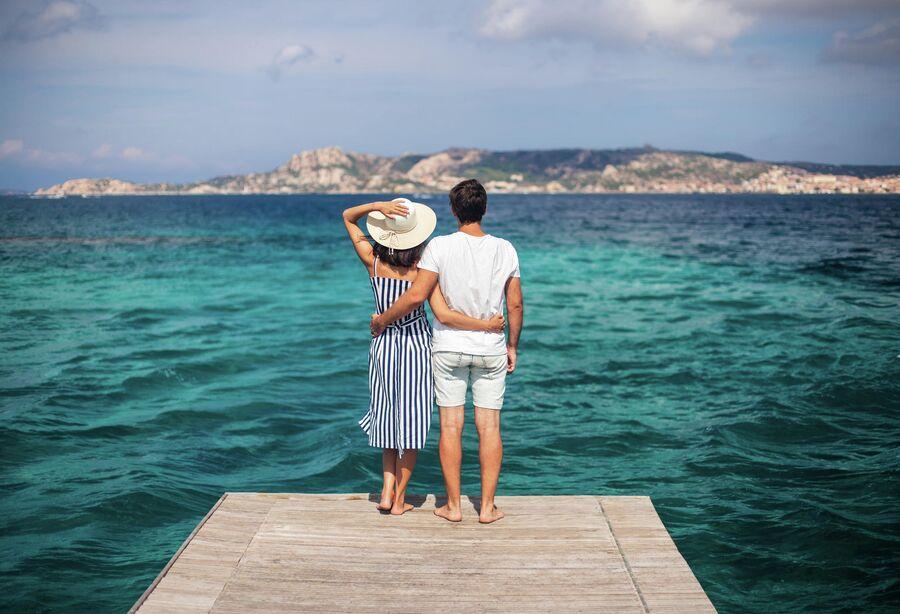 Молодая пара на пирсе в Италии