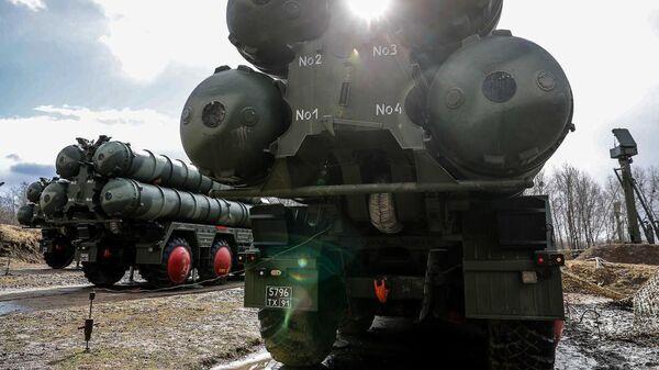 Боевые расчеты новейших зенитных ракетных систем С-400 Триумф в Калининградской области