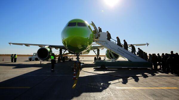 Пассажиры садятся в самолет