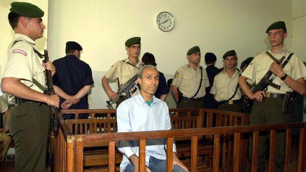 Турецкий террорист Мехмет Али Агджа, обвиняемый в покушении на жизнь Иоанна Павла II, на заседании суда в Стамбуле