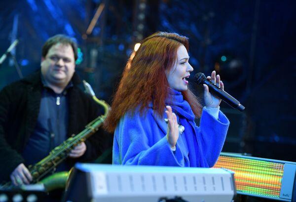 Джазовая певица Полина Орбах выступает на Koktebel Jazz Party фестиваля Крымская весна в Большом Амфитеатре парка Зарядье
