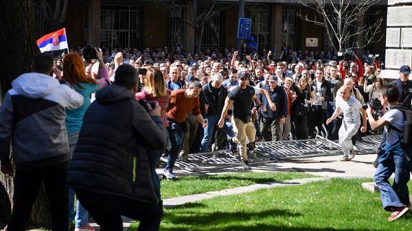Протестующие во время демонстрации возле здания президента в Белграде. 17 марта 2019