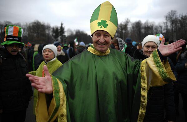 Участники парада в честь Дня святого Патрика в парке Сокольники в Москве