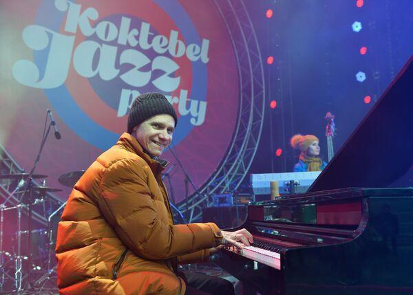 Пианист и организатор ансамбля Esh Игорь Надеждин выступает на Koktebel Jazz Party фестиваля Крымская весна