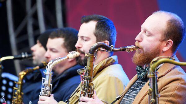 Музыканты Большого Джазового Оркестра под управлением Петра Востокова выступают на Koktebel Jazz Party фестиваля Крымская весна