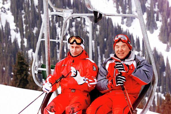 Президенты России и Казахстана Владимир Путин и Нурсултан Назарбаев во время отдыха на горнолыжном курорте Чимбулак в Казахстане