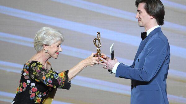 Английская актриса Хелен Миррен вручает премию в номинации Балет года (Нуреев) исполнителю роли Нуреева артисту балета Владиславу Лантрапову