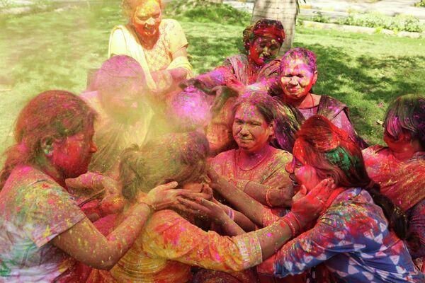 Участницы фестиваля Холи в Аллахабаде, Индия. 20 марта 2019 года