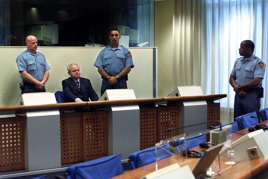 Бывший президент Югославии Слободан Милошевич во время выступления перед трибуналом по военным преступлениям в Гааге. 3 июля 2001