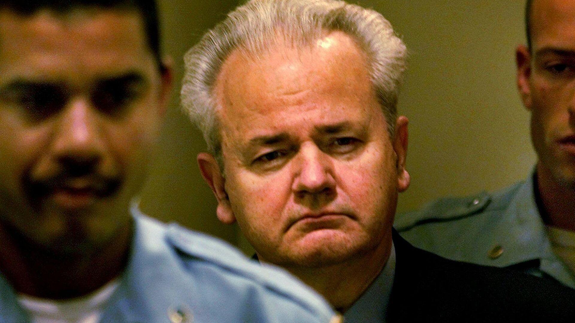 Бывший президент Югославии Слободан Милошевич перед началом заседания суда по военным преступлениям в Гааге. 11 декабря 2001 - РИА Новости, 1920, 11.03.2021