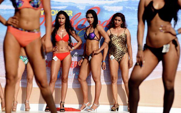 Индийские фитнес-модели на сцене во время Body Power Beach Show на пляже в Гоа
