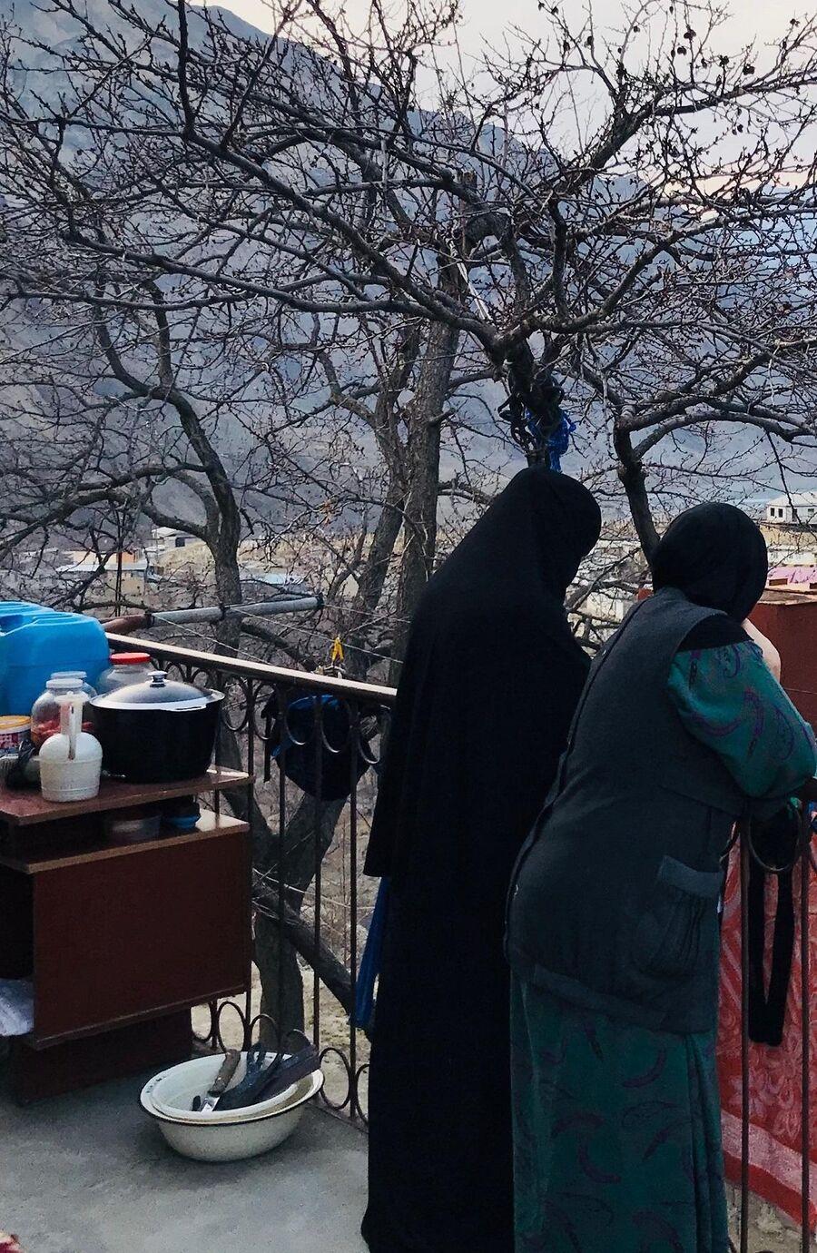 Вдовы и матери боевиков даже в никабе не хотят показывать свои лица