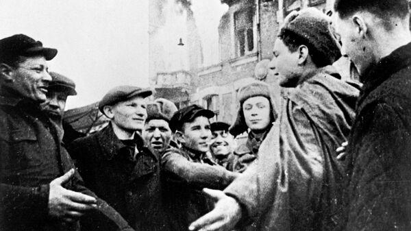 Жители Ченстхова (Польша) встречают советских воинов