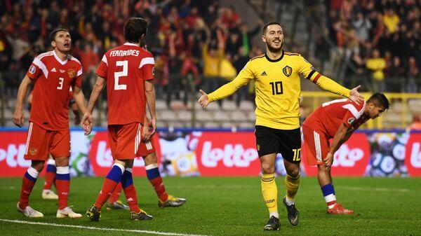 Хавбек сборной Бельгии Эден Азар (справа) радуется забитому мячу