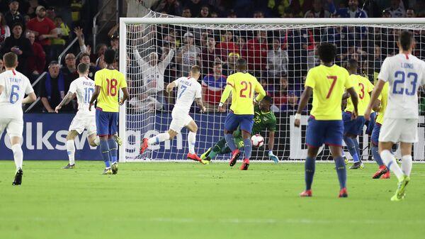 Игровой момент футбольного матча США - Эквадор