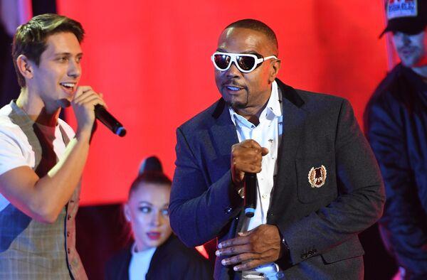 Певцы ЮрКисс и Тимбалэнд (США) во время церемонии вручения музыкальной премии BraVo в Москве
