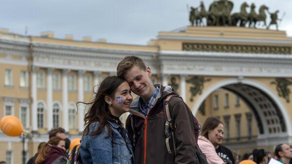 Молодые люди на Дворцовой площади в Санкт-Петербурге