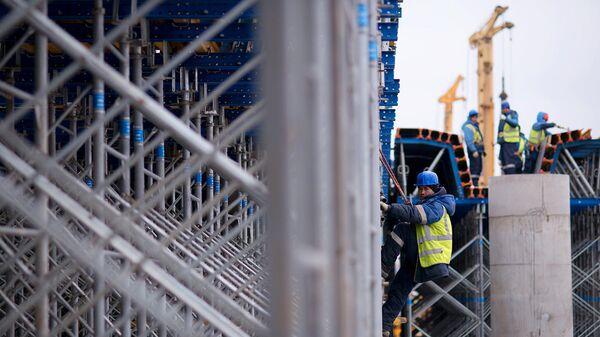 Рабочий во время строительства эстакады