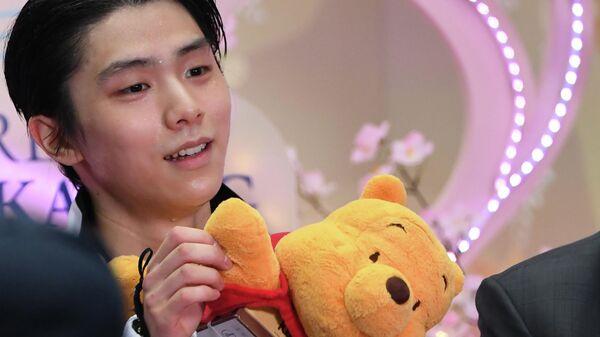 Юдзуру Ханю с мягкой игрушкой в руках
