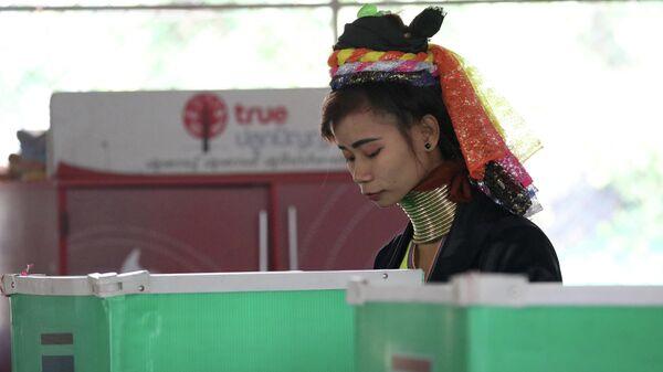 Женщина народности Падаунг на избирательном участке парламентских выборов в Таиланде