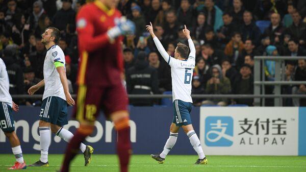 Полузащитник сборной России Денис Черышев радуется забитому голу