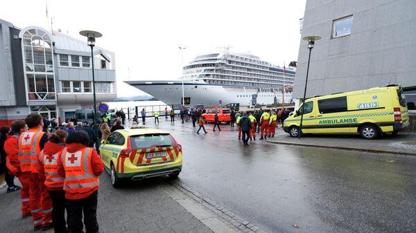 Круизный лайнер Viking Sky, столкнувшийся с проблемами в штормовых морях у берегов Норвегии, 24 марта 2019 года самостоятельно прибывает в порт Молде