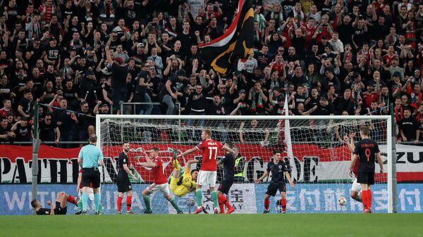Форвард сборной Венгрии Мате Паткои радуется забитому мячу в ворота хорватов